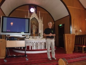 Guide Olav Steinar Namtvedt i utvandarkyrkja på sletta.