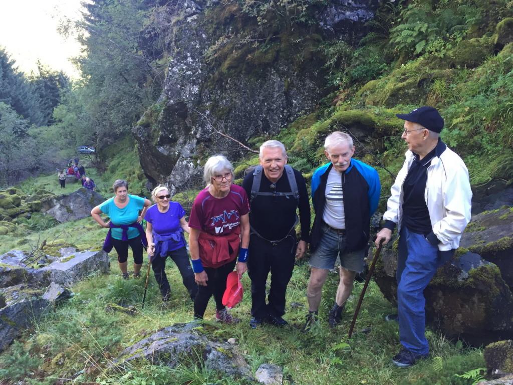 Veteranen Nils Nordbø (til høre) kleiv til topps og fortalde om drifta då han var med og tok ut stein.